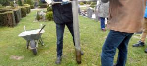 Das Stahlrohr wird in die Erde gedreht, um der Kerze eine Form zu geben.